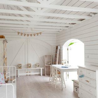 Foto de habitación de niña costera con paredes blancas y suelo de madera clara