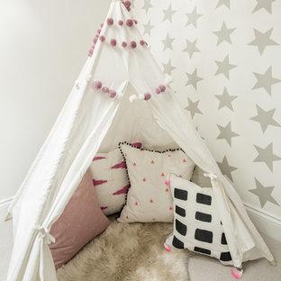 Aménagement d'une chambre d'enfant scandinave avec un mur gris et moquette.