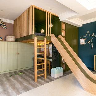 Immagine di una cameretta per bambini design con pareti multicolore, pavimento grigio e soffitto a cassettoni