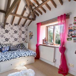 Ejemplo de dormitorio infantil actual con paredes blancas