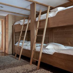 Idées déco pour une chambre d'enfant montagne de taille moyenne avec un sol en bois foncé et un sol marron.