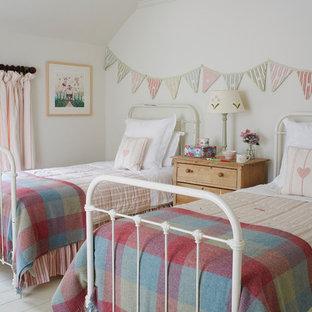 Exemple d'une chambre d'enfant de 4 à 10 ans chic avec un mur blanc et un sol en bois peint.