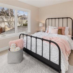 Idéer för ett mellanstort klassiskt barnrum kombinerat med sovrum, med beige väggar, heltäckningsmatta och beiget golv