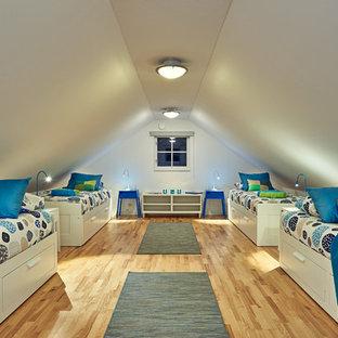 Inspiration för ett mycket stort vintage pojkrum kombinerat med sovrum och för 4-10-åringar, med vita väggar och ljust trägolv