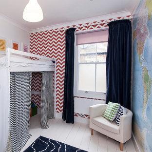 Exempel på ett klassiskt könsneutralt barnrum kombinerat med sovrum och för 4-10-åringar, med flerfärgade väggar och målat trägolv