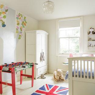 Modelo de dormitorio infantil clásico con paredes blancas y suelo de madera pintada
