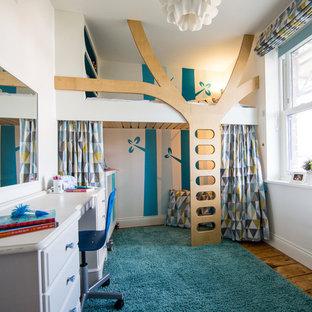 Неиссякаемый источник вдохновения для домашнего уюта: детская среднего размера в современном стиле с синими стенами и паркетным полом среднего тона для ребенка от 4 до 10 лет