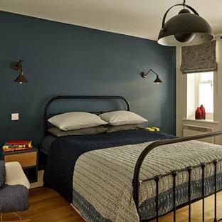 Foto de dormitorio infantil actual, de tamaño medio, con paredes azules, suelo de madera clara y suelo beige