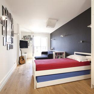 Neutrales Modernes Jugendzimmer mit Schlafplatz, hellem Holzboden, beigem Boden und bunten Wänden in London