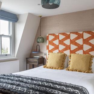 Diseño de dormitorio infantil contemporáneo, pequeño, con paredes beige