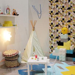 Idéer för ett litet eklektiskt könsneutralt barnrum, med flerfärgade väggar och linoleumgolv