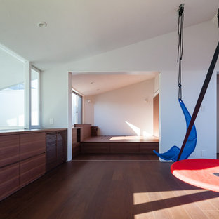 Inredning av ett modernt mellanstort barnrum, med plywoodgolv och brunt golv