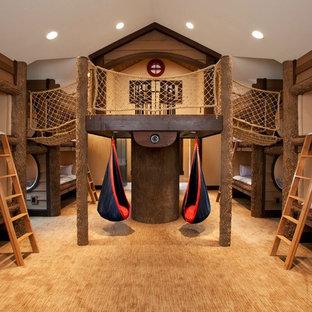 Idéer för ett stort rustikt könsneutralt barnrum kombinerat med sovrum och för 4-10-åringar, med heltäckningsmatta, beige väggar och beiget golv