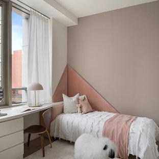 Aménagement d'une chambre d'enfant de 4 à 10 ans contemporaine avec un mur marron.
