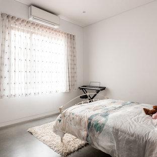 Mittelgroßes Industrial Kinderzimmer mit Schlafplatz, weißer Wandfarbe, Betonboden und grauem Boden in Perth