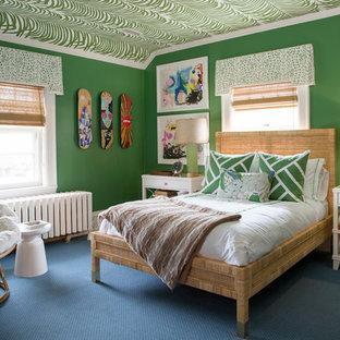 Modelo de dormitorio infantil bohemio, de tamaño medio, con paredes verdes, moqueta y suelo azul