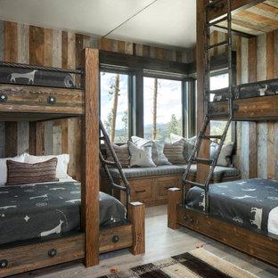Идея дизайна: нейтральная детская в стиле рустика с спальным местом, разноцветными стенами и деревянными стенами