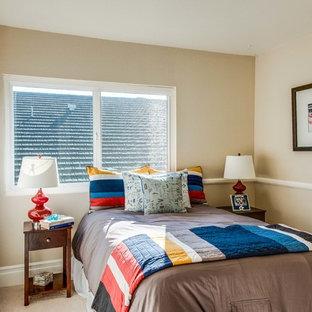 Idee per una piccola cameretta per bambini da 4 a 10 anni classica con pareti beige e moquette
