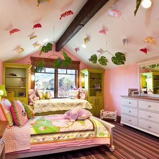 Eklektisches Kinderzimmer mit Schlafplatz, rosa Wandfarbe, Teppichboden und buntem Boden in Salt Lake City