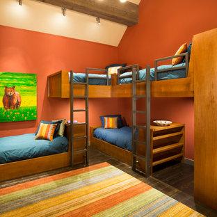 Cette image montre une chambre d'enfant chalet avec un mur orange et un sol en bois foncé.