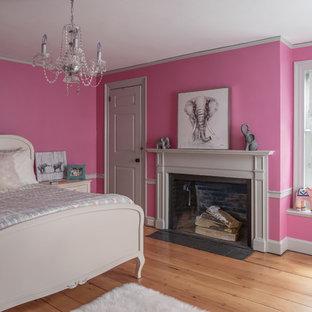 Ispirazione per un'ampia cameretta per bambini country con pareti rosa e parquet chiaro