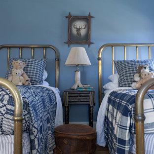 Idee per una cameretta per bambini country con pareti blu e pavimento in legno massello medio
