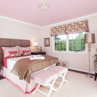 Modelo de dormitorio infantil tradicional con paredes rosas, moqueta y suelo beige