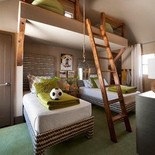 Modelo de dormitorio infantil de 4 a 10 años, tradicional renovado, de tamaño medio, con paredes beige, moqueta y suelo verde