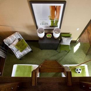 Imagen de dormitorio infantil de 4 a 10 años, clásico renovado, de tamaño medio, con paredes beige, moqueta y suelo verde
