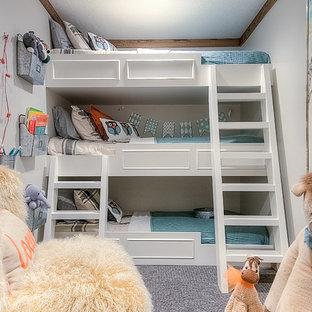 Idéer för att renovera ett litet vintage könsneutralt barnrum kombinerat med lekrum och för 4-10-åringar, med grå väggar och heltäckningsmatta