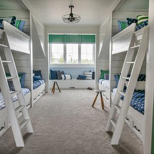 Inredning av ett klassiskt pojkrum kombinerat med sovrum och för 4-10-åringar, med blå väggar, heltäckningsmatta och grått golv
