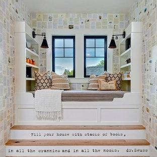 Esempio di una cameretta per bambini country di medie dimensioni con pareti multicolore e parquet chiaro