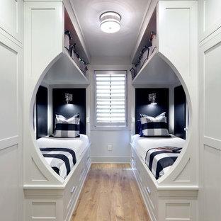 Foto de dormitorio infantil clásico renovado, pequeño, con paredes blancas, suelo de madera clara y suelo marrón