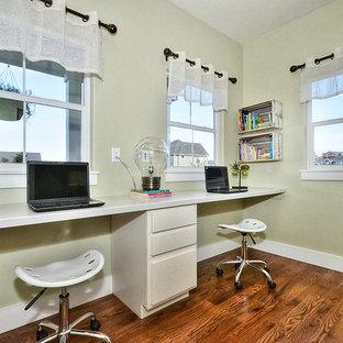 Esempio di una piccola cameretta per bambini da 4 a 10 anni stile americano con pareti verdi, parquet chiaro e pavimento marrone
