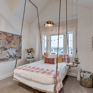 Idéer för lantliga barnrum kombinerat med sovrum, med vita väggar, heltäckningsmatta och grått golv