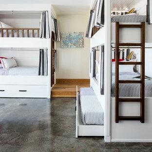 ミネアポリスの広いビーチスタイルのおしゃれな子供部屋 (白い壁、コンクリートの床、グレーの床、ティーン向け) の写真