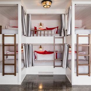 На фото: большая нейтральная детская в морском стиле с спальным местом, белыми стенами, бетонным полом и серым полом для подростка с