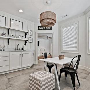 Ispirazione per una stanza dei giochi boho chic con pareti bianche e pavimento grigio