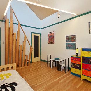 Ispirazione per una cameretta per bambini contemporanea di medie dimensioni con pareti bianche e parquet chiaro