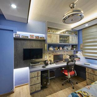 Inspiration för mellanstora moderna barnrum, med blå väggar och plywoodgolv