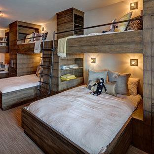 Aménagement d'une grand chambre d'enfant moderne avec un mur blanc, moquette et un sol beige.