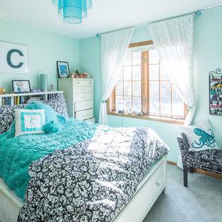 На фото: нейтральная детская среднего размера в стиле модернизм с синими стенами, ковровым покрытием и спальным местом для подростка с