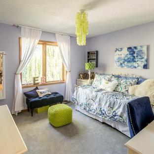 Modelo de dormitorio infantil moderno, de tamaño medio, con paredes azules y moqueta