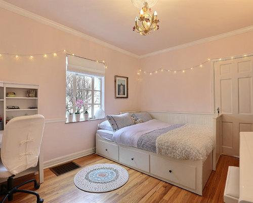 klassische mdchenzimmer ideen mit schlafplatz rosafarbenen wnden und braunem holzboden in denver