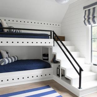 Réalisation d'une chambre d'enfant marine avec un mur blanc, un sol en bois clair et un sol beige.