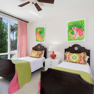 Cette image montre une chambre d'enfant de 4 à 10 ans ethnique de taille moyenne avec un mur blanc, moquette et un sol beige.
