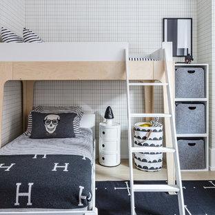 Nordisches Kinderzimmer mit Schlafplatz, bunten Wänden und hellem Holzboden in New York