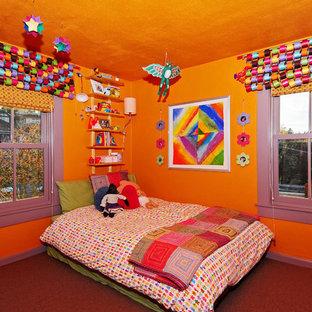 Immagine di una cameretta per bambini da 4 a 10 anni american style di medie dimensioni con pareti arancioni e moquette