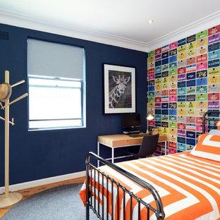 Idee per una cameretta per bambini classica di medie dimensioni con pareti multicolore, pavimento in legno massello medio e pavimento marrone