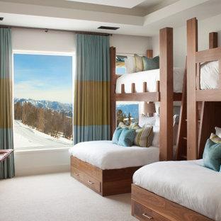 Foto di una cameretta da letto rustica con pareti bianche, moquette, pavimento beige e soffitto ribassato